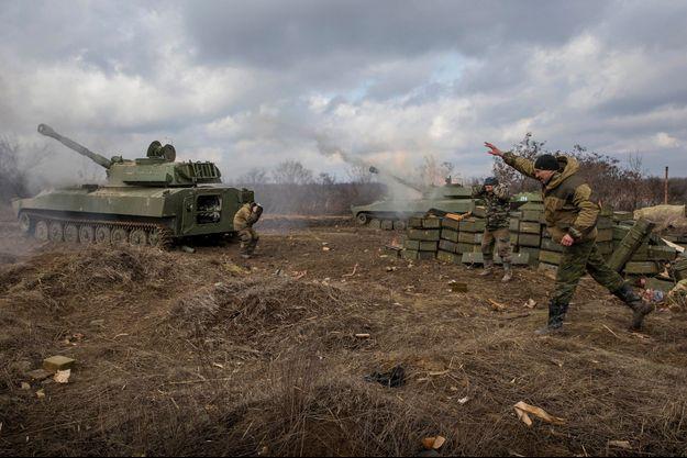 Les miliciens du bataillon Vostok en position dans les ruines de l'aéroport de Donetsk pris par les rebelles après neuf mois de siège. Les bombardements sur ce site stratégique n'ont jamais cessé depuis le début des combats.