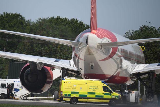 La police au pied du Boeing 777 à l'aéroport de Stansted le 27 juin 2019.