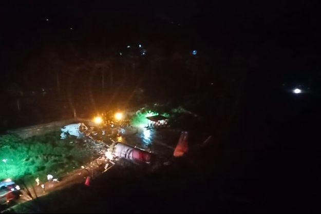 L'avion de la compagnie Air India Express partiellement détruit.