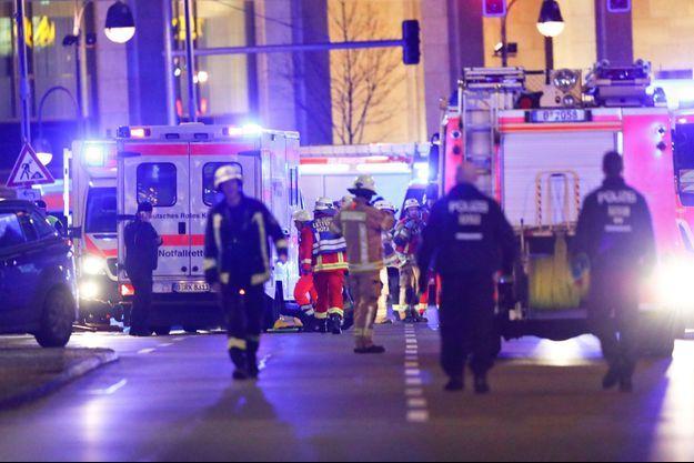 Les secours à Berlin, lundi soir, après qu'un camion a foncé dans la foule dans un marché.