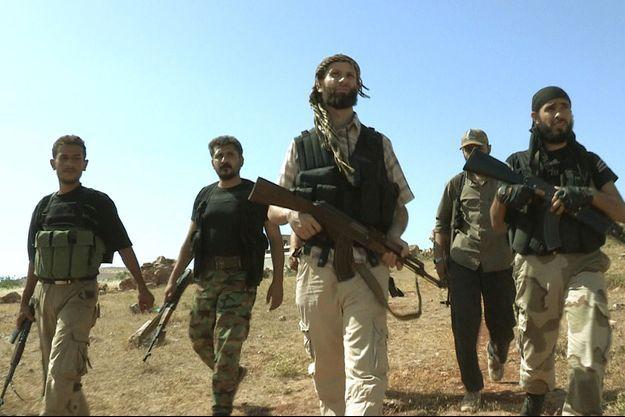 Abderahmane Ayachi (au centre) à la tête de ses hommes de la katiba « Suqur as-Cham » en Syrie en 2013 dans la province d'Idlib.