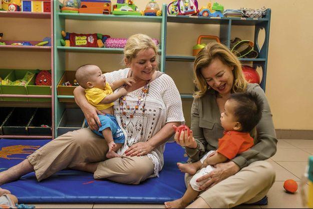 Christina Noble (à g.) avec Valérie Trierweiler dans un des orphelinats qu'elle a créés. Au total, elle est venue en aide à quelque 700 000 enfants.