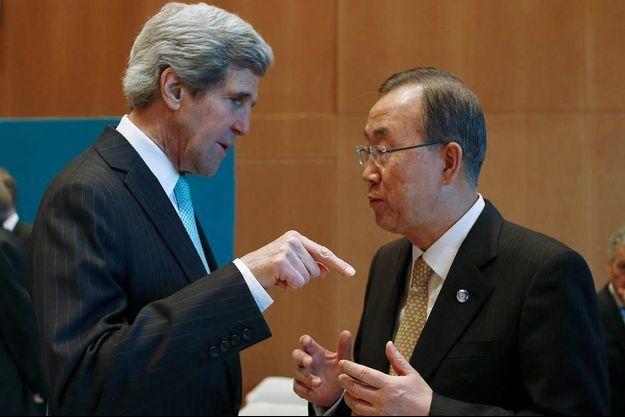 Le Secrétaire d'Etat américain John Kerry, ici en pleine discussion avec le Secrétaire général des Nations unies, Ban Ki-moon.