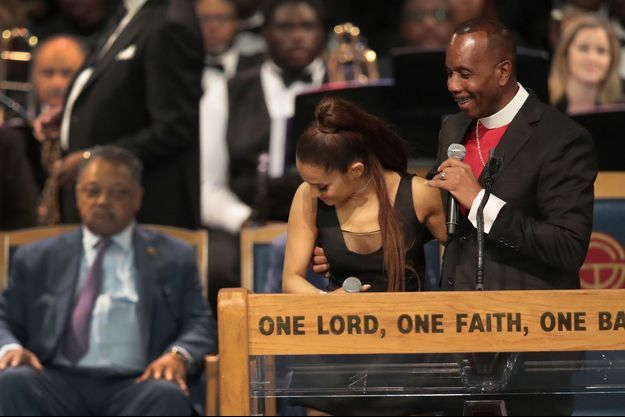 L'évêque Charles Ellis et Ariana Grande lors des funérailles d'Aretha Franklin à Detroit vendredi.