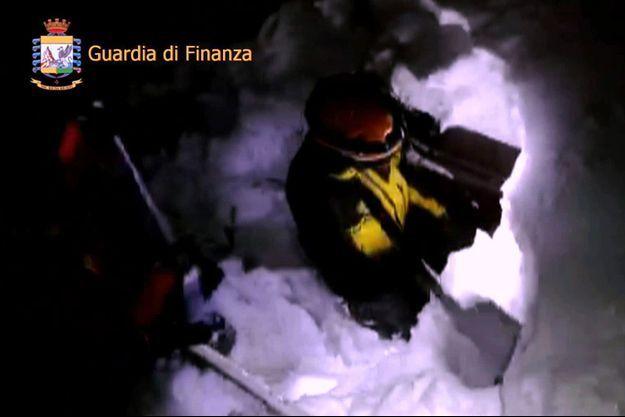 Les secours italiens sont sur les lieux du drame pour tenter de trouver des survivants.