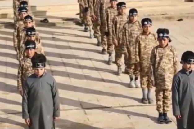 """Des """"lionceaux du califat"""" en plein entraînement dans une vidéo de propagande de Daech."""