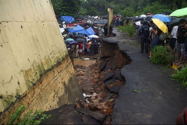 Un mur s'est effondré à Bombay, le 2 juillet 2019.