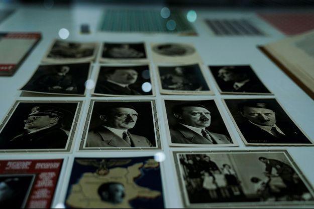 Des cartes postales Adolf Hitler exposées.
