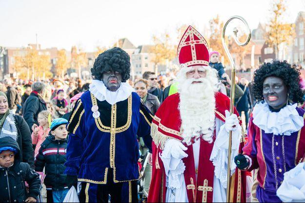 """Personnes déguisées en """"Zwarte Piet"""" à Nimègue aux Pays-Bas."""