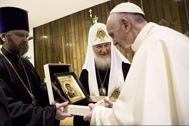 Après l'entretien privé, les cadeaux : le Pape reçoit du Patriarche de Moscou une icône russe de la Vierge de Kazan dans le salon d'honneur de l'aéroport de La Havane, le 12 février.