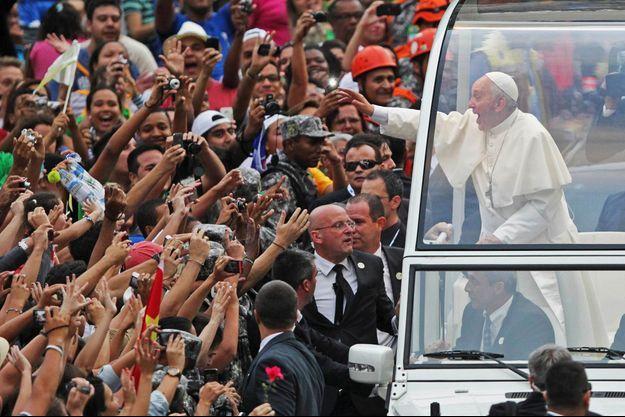 Lundi 22 juillet 2013, à Rio, des centaines de milliers de catholiques, participant aux Journées mondiales de la jeunesse, acclament le pape François, dans son véhicule ouvert.