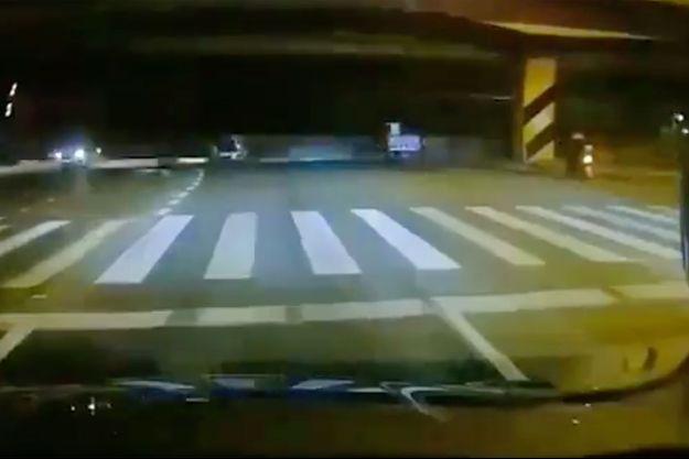 Le pont, en arrière plan, s'est écrasé sur plusieurs voitures, à Wuxi en Chine.