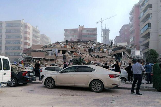 Les ravages après un tremblement de terre près d'Izmir, en Turquie.