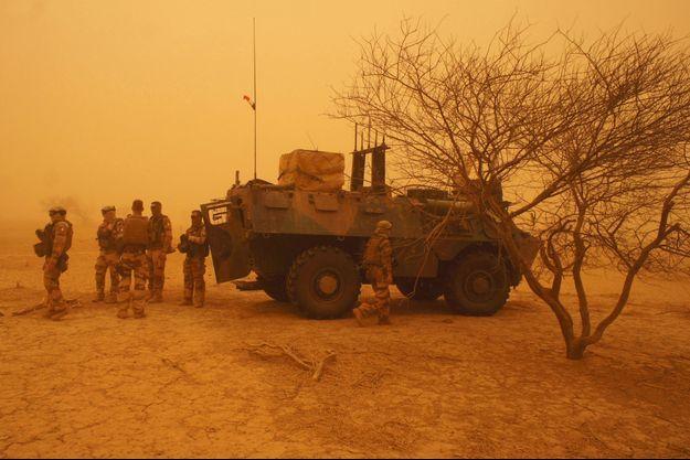 Des soldats français près d'un véhicule blindé à Inat, au Mali, en juin 2015.