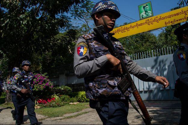 Des policiers patrouillent devant la résidence d'Aung San Suu Kyi dans la capitale birmane, Rangoun.