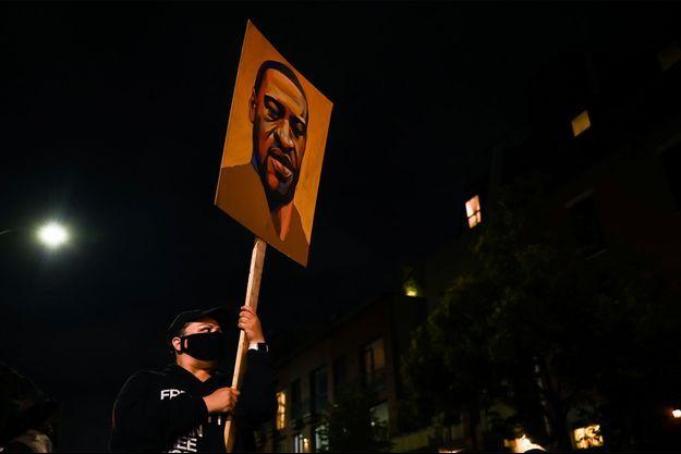 Le portrait de George Floyd sur une pancarte lors d'une manifestation contre le racisme et les violences policières à New York.