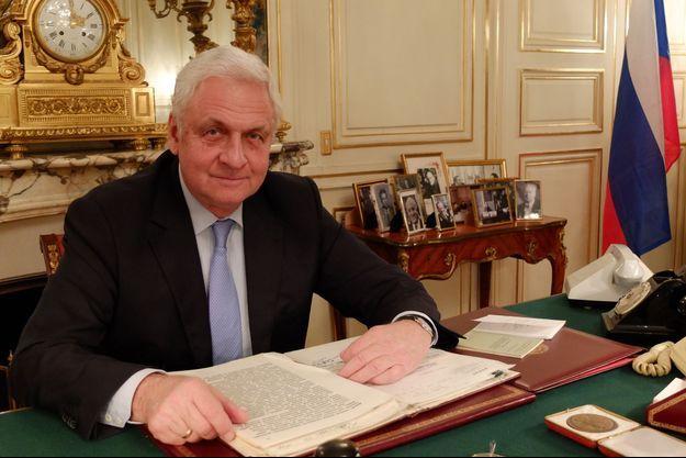 Dans son bureau, dimanche 15 novembre rue de Grenelle Paris 7ème. Sur le coté, parmi les photos exposées, l'une présente George Marchais avec Leonid Brejnev.
