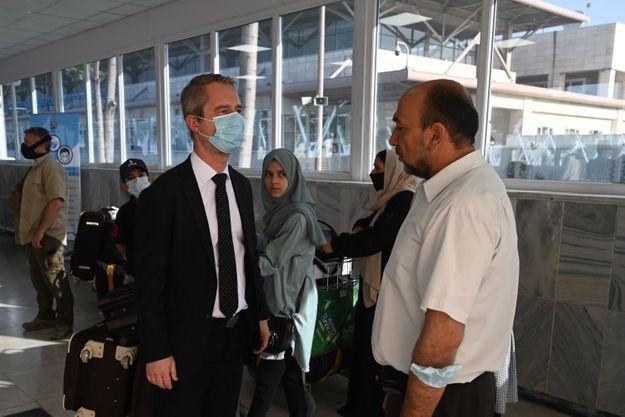 L'ambassadeur de France en Afghanistan, David Martinon, était présent à l'aéroport pour saluer notamment les employés afghans de l'ambassade.