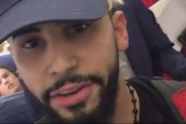 Le Youtubeur américain Adam Saleh se filme avant son renvoi de l'avion de Delta Air Lines.