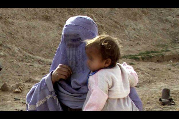 Une femme portant un bébé à Khonabad, dans la province afghane de Kunduz (illustration).
