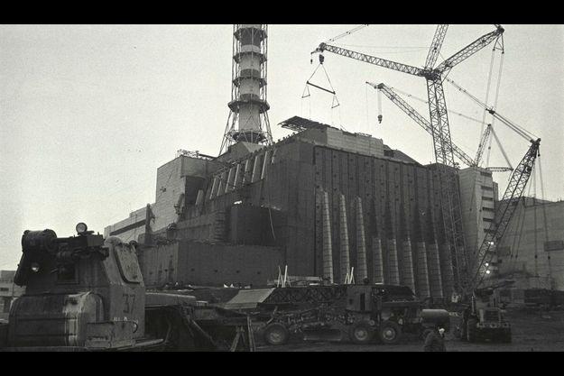 Image de la construction du premier sarcophage en 1986.