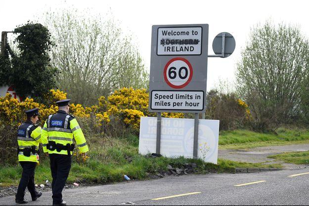Des policiers à la frontière entre l'Irlande et l'Irlande du Nord (image d'illustration).