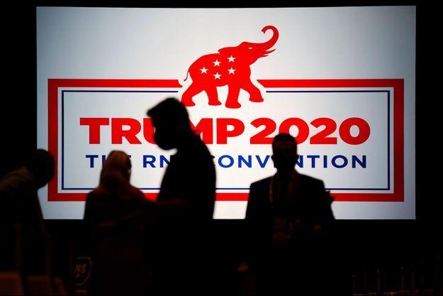 Des délégués de la convention nationale des républicains arrivent au centre des conventions de Charlotte, en Caroline du Nord, lundi.