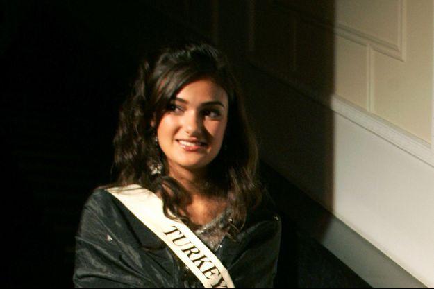 Merve Büyüksaraç, Miss Turquie 2006, encourt des poursuites pour avoir insulté le président Recep Tayyip Erdogan.