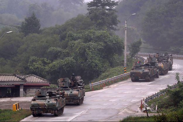 Des véhicules militaires en exercice en Corée du Nord.