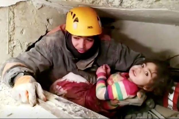 Le secouriste tient la petite fille dans ses bras, le 25 janvier 2020.