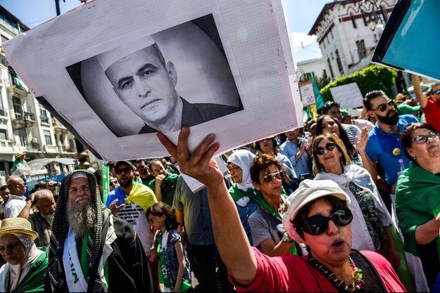 Une manifestante défile avec une pancarte montrant le portrait de Kamel Eddine Fekhar, à Alger, le 31 mai 2019.