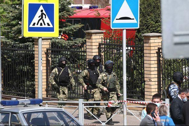 La police devant l'école de Kazan où la fusillade a eu lieu mardi matin.
