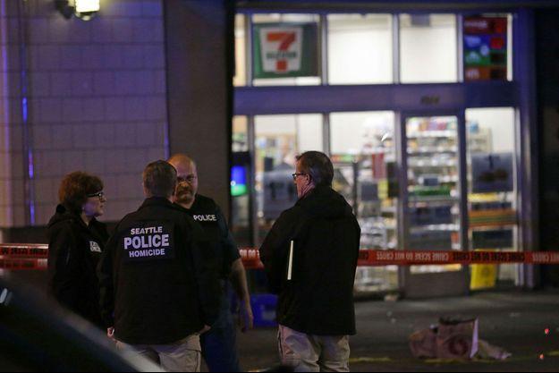 Les enquêteurs devant le supermarché où la fusillade a éclaté mercredi soir à Seattle.