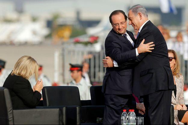 François Hollande et Benjamin Netanyajou, dimanche, sur le tarmac de l'aéroport Ben Gourion de Tel Aviv.