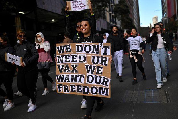 """""""Pas besoin de votre vaccin, nous voulons notre liberté"""", proclame la pancarte de cette manifestante à Sydney, samedi."""