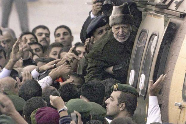 Arafat, étrangement malade, quitte la Mouqata'a pour l'hôpital militaire de Percy, près de Paris, à l'automne 2004.