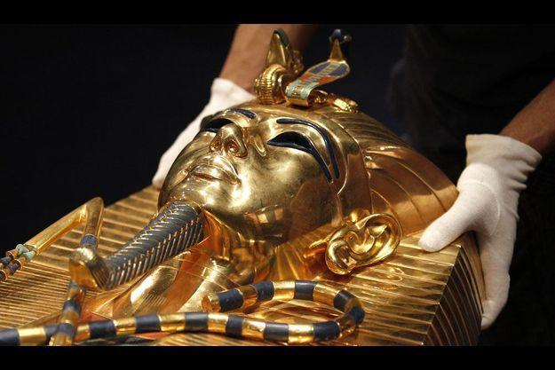Une réplique du sarcophage du pharaon Toutânkhamon