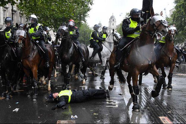 La policière au sol après avoir percuté le feu de signalisation, samedi à Londres.