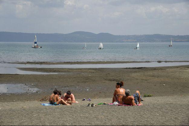 Le niveau du lac Bracciano a fortement baissé à cause de la sécheresse.