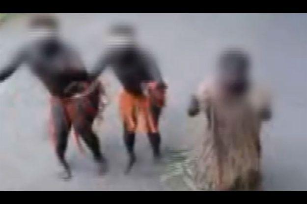 En échange de nourriture, un touriste a filmé les femmes de la tribu Jarawa.