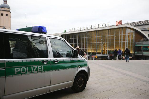 Un camion de police patrouille devant la gare de Cologne.