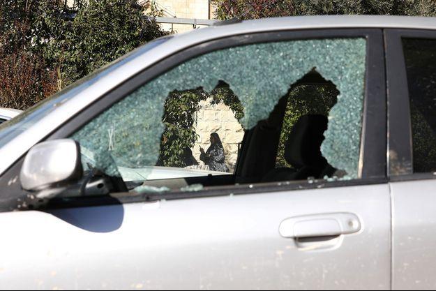 La vitre brisée d'une voiture utilisée comme bélier