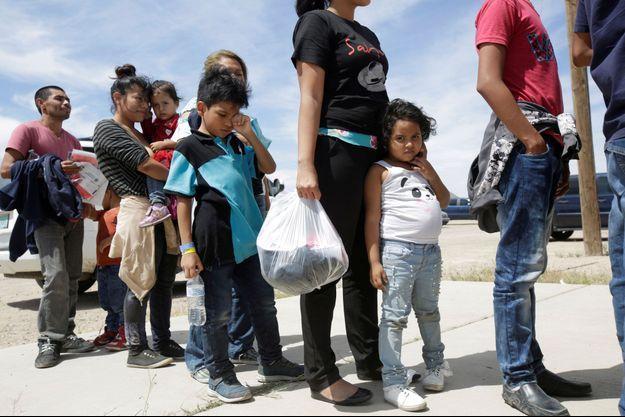 Les migrants d'Amérique centrale font la queue avant d'entrer dans un abri temporaire, après avoir franchi illégalement la frontière entre le Mexique et les États-Unis, à Deming, au Nouveau-Mexique, aux États-Unis.