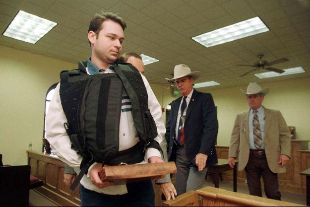 James Byrd en 1999 escorté par les autorités.