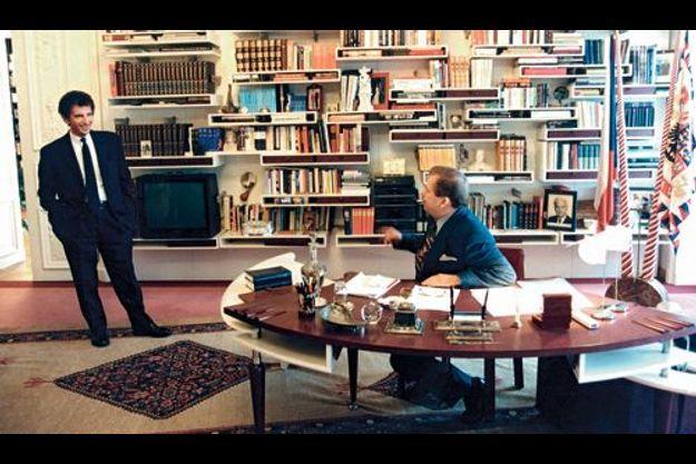 Dans les années 90, dans le bureau présidentiel, Jack Lang et Vaclav Havel .