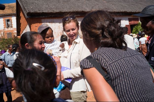 Valérie Trierweiler s'est rendue à Ambatomahamanina, à Madagascar, pour assister à l'inauguration d'une arrivee d'eau dans un village au nord de la capitale, supportée par le Secours Populaire francais.