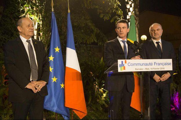 Bamako, le 18 février 2016. Le Premier ministre et son ministre de la Défense vont aujourd'hui sur la base militaire française de Gao au Nord Mali et doivent rendre visite samedi au nouveau président burkinabé Roch Marc Christian Kaboré.