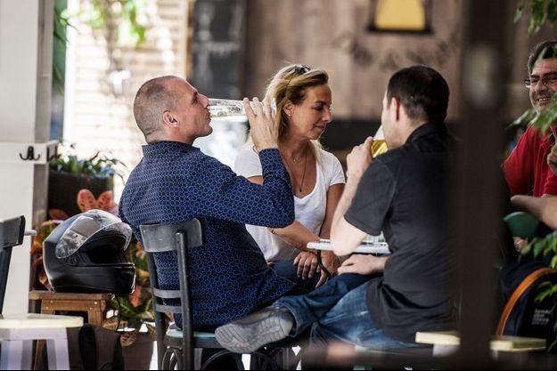 Au lendemain du référendum, Yanis Varoufakis prend une bière avec ses proches.