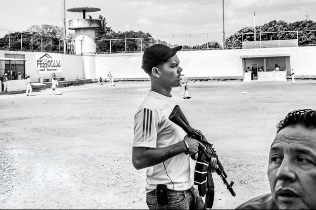 Grâce à des armes automatiques comme celle-ci, le gang fait régner l'ordre. Son chef estime que sa loi est plus humaine que celle des autorités, souvent critiquées par les défenseurs des droits de l'homme.