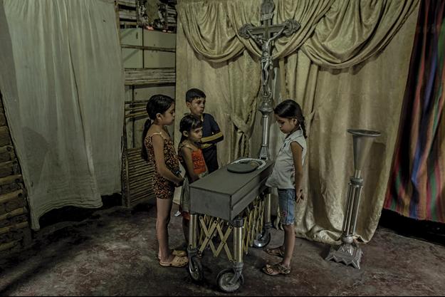 Le 21 août 2017, à San Casimiro. Les cousins de Kenyerber entourent son cercueil. Il est mort à 17 mois.